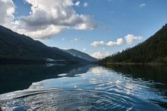 与美丽的山湖的风景 库存图片