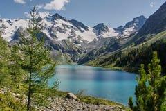 与美丽的山湖的风景 图库摄影