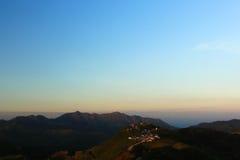 与美丽的山的清楚的天空 库存图片