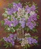 与美丽的开花的桃红色,紫罗兰色,紫色和白色丁香的静物画在桌上的玻璃花瓶 原始的油 库存图片
