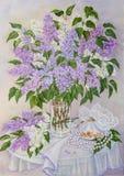 与美丽的开花的桃红色,紫罗兰色,紫色和白色丁香的静物画在桌上的玻璃花瓶 原始的油 免版税库存照片