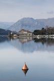 与美丽的房子和山的海风景 图库摄影