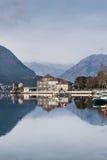 与美丽的房子和山的海风景 免版税图库摄影