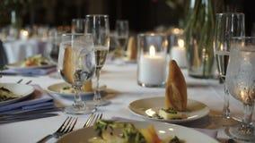 与美丽的服务和活花和新饭食的圆桌 影视素材