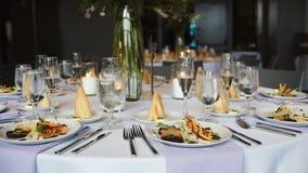 与美丽的服务和活花和新饭食的圆桌 股票录像
