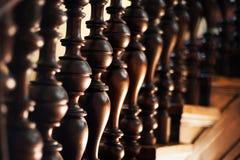 与美丽的木台阶的摘要内部 免版税库存照片