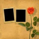 与美丽的桃红色玫瑰花束的老葡萄酒卡片在纸的 免版税库存照片