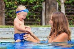 与美丽的母亲的愉快的男婴游泳水池的 库存图片