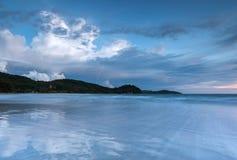 与美丽的波浪足迹的海景 免版税库存照片