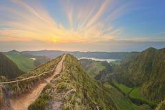 与美丽的湖供徒步旅行的小道和看法, Ponta Delgada,圣地米格尔海岛,亚速尔群岛,葡萄牙的山风景 免版税图库摄影