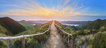 与美丽的湖供徒步旅行的小道和看法, Ponta Delgada,圣地米格尔海岛,亚速尔群岛,葡萄牙的山风景 库存照片