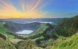与美丽的湖供徒步旅行的小道和看法, Ponta Delgada,圣地米格尔海岛,亚速尔群岛,葡萄牙的山风景 免版税库存图片