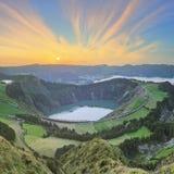 与美丽的湖供徒步旅行的小道和看法, Ponta Delgada,圣地米格尔海岛,亚速尔群岛,葡萄牙的山风景 免版税库存照片