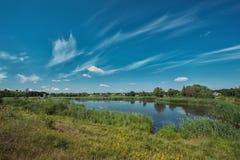 与美丽的湖的风景 免版税库存照片