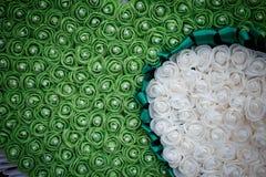 与美丽的白玫瑰的Ikebanas 库存照片
