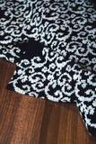 与美丽的白色装饰品的黑纺织品 免版税图库摄影