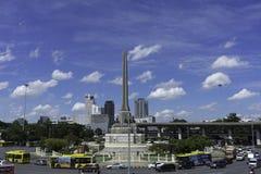 与美丽的积云的胜利纪念碑 免版税库存照片