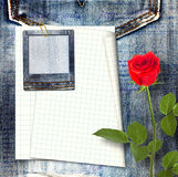 与美丽的红色玫瑰的老葡萄酒明信片 免版税图库摄影