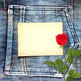 与美丽的红色玫瑰的老葡萄酒明信片 免版税库存图片
