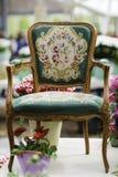 与美丽的织品室内装饰品的木胳膊椅子 免版税库存图片