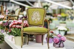 与美丽的织品室内装饰品的木胳膊椅子 免版税库存照片