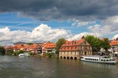 与美丽的老房子的都市风景在河附近 库存图片