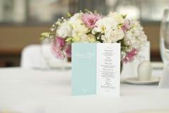 与美丽的花的菜单卡片在桌上在婚礼之日 免版税库存图片