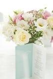 与美丽的花的菜单卡片在桌上 免版税库存图片