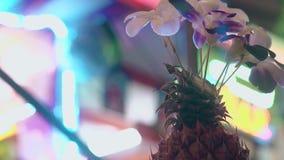 与美丽的花的表装饰反对霓虹灯 股票录像