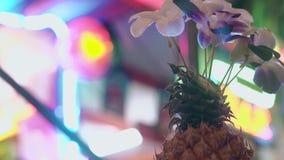与美丽的花的装饰反对淡光的光 股票录像