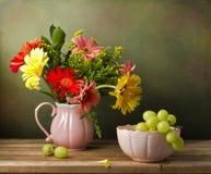 与美丽的花花束的静物画 免版税图库摄影