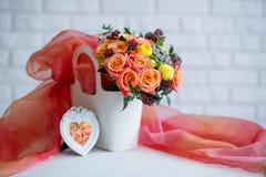 与美丽的花花束的静物画 免版税库存照片