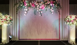 与美丽的花装饰的婚礼阶段 库存照片