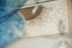 与美丽的花饰的天花板通过马赛克窗口射击了在谢赫扎耶德大清真寺 库存图片