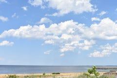 与美丽的蓝天和云彩的海景 库存图片
