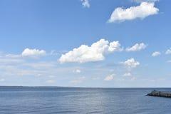 与美丽的蓝天和云彩的海景 库存照片