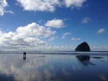 与美丽的蓝天和人的Kiwanda俄勒冈海滩有风筝的 免版税图库摄影
