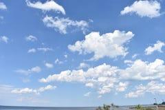 与美丽的蓝天和白色云彩的海景 免版税库存图片