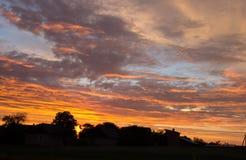 与美丽的蓝天的日落 库存图片