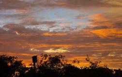 与美丽的蓝天的日落 免版税库存图片