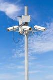 与美丽的蓝天的CCTV柱子 库存图片