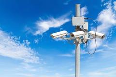 与美丽的蓝天的CCTV柱子 库存照片