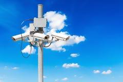 与美丽的蓝天的CCTV柱子 免版税库存照片