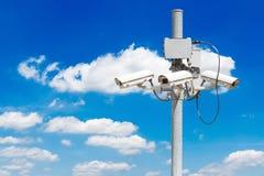 与美丽的蓝天的CCTV柱子 免版税图库摄影