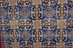 与美丽的蓝色和橙色花饰的Azulejos 免版税库存照片