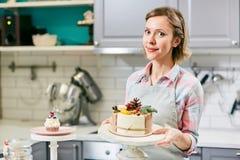 与美丽的蛋糕的糕点业者 库存照片