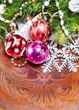 与美丽的装饰的新年度木背景 免版税库存照片
