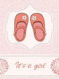 与美丽的鞋子的美丽的女婴公告卡片 免版税库存图片