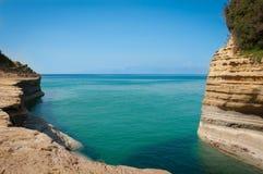 与美丽的绿松石水和峭壁的热带海滩 免版税库存照片