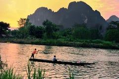与美丽自然和山的渔夫家庭 免版税库存图片